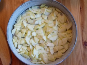 Насыпаем яблоки в форму