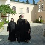 Пять монахинь живут в монастыре. Одна, самая старенькая, спряталась, не желая фотографироваться
