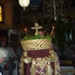 Кульминация праздничной службы. О. Поликарп проносит по Храму Крест.
